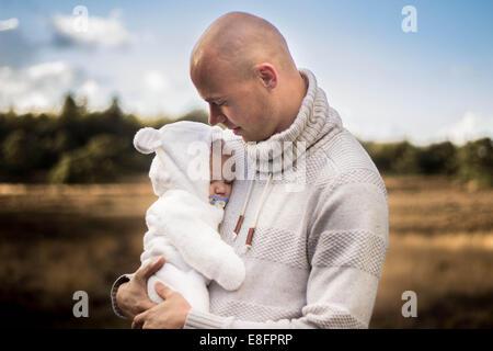 Vater Holding neugeborenes Baby boy - Stockfoto