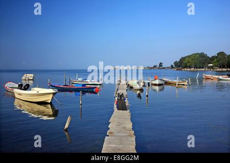 Kleiner Fischerhafen in Tourlida, Lagune von Messolonghi, Etoloakarnania, Griechenland. - Stockfoto