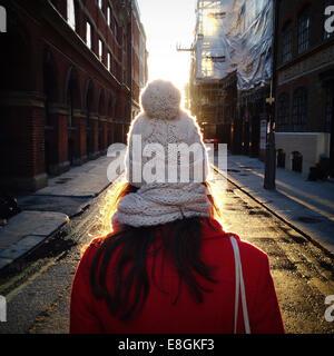 Rückansicht der Frau stehen in der Straße - Stockfoto