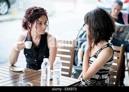 Freundinnen beim Kaffee trifft - Stockfoto