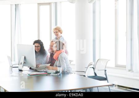 Geschäftsleute, die gemeinsam im Büro - Stockfoto