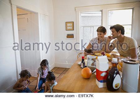 Familie in Küche - Stockfoto