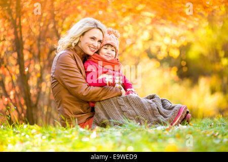 Glückliche Mutter und Kind im Freien im Herbst park - Stockfoto