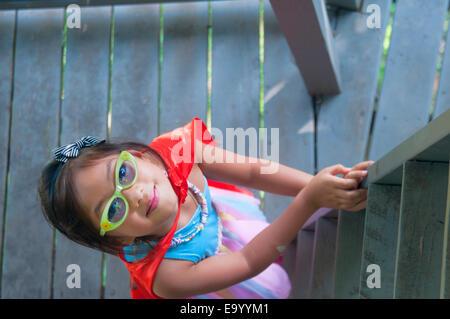 Junge Mädchen tragen Kap, hölzernen Treppenstufen, erhöhte Ansicht - Stockfoto
