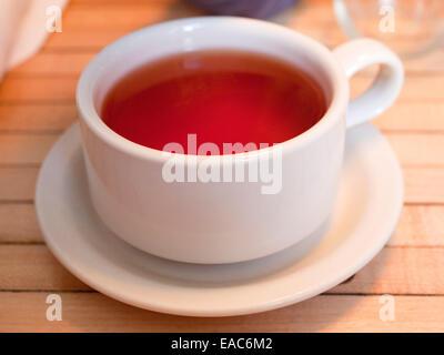 Detail volle Tasse Tee auf Holztisch - Stockfoto