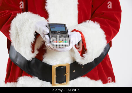 Close Up Portrait Of Santa Claus Holding Kreditkartenleser - Stockfoto