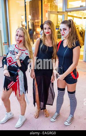 Miami Beach Florida Lincoln Road Fußgängerzone Halloween-Kostüm tragen Outfit Charakter Teengirl Zombie Cheerleader - Stockfoto
