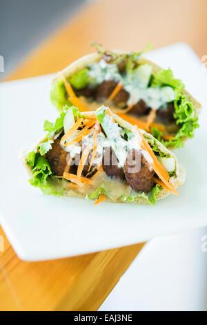 vegetarischen Falafel und Salat in Pita Brot sandwich - Stockfoto