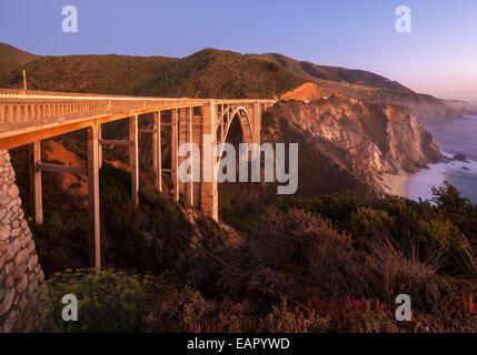 Bixby Bridge Pacific Coast Highway Big Sur Kalifornien. Bixby Creek Canyon Bridge mit Küste helle Streifen von Autos - Stockfoto