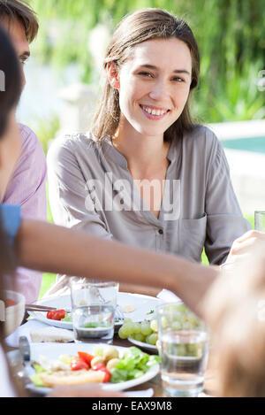 Junge Frau genießt Picknick im grünen - Stockfoto