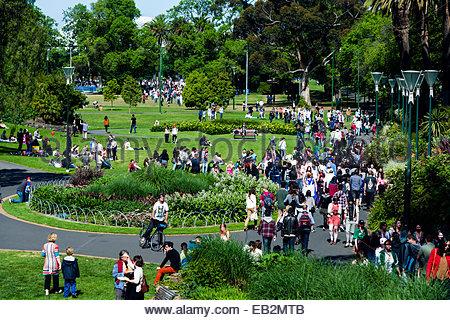 Kundenansturm in einem Garten Stadtpark an einem sonnigen Wochenende Nachmittag. - Stockfoto