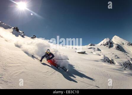 Österreich, Skifahrer, die wiederum zu tun im frischen Pulverschnee - Stockfoto