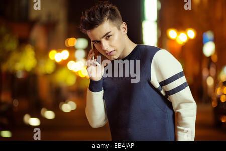 Teenager charmante Kerl reden auf dem smartphone - Stockfoto
