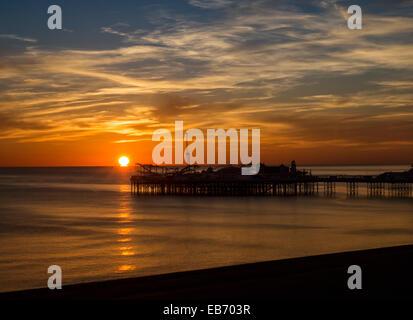 Sonnenuntergang über Brighton Pier, England, Vereinigtes Königreich - Stockfoto