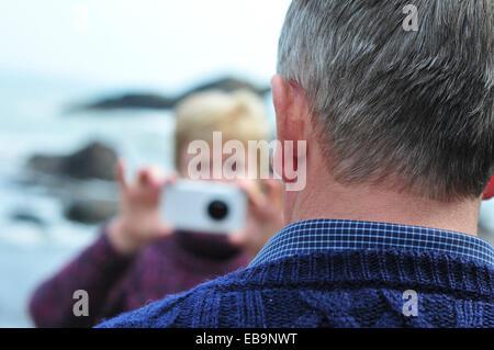 Frau, die Aufnahme des Mannes mit Smartphone - Stockfoto