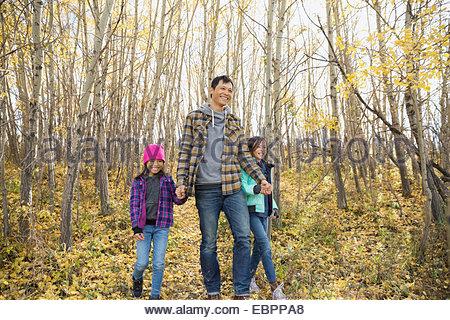 Vater und Töchter Wandern im herbstlichen Wälder - Stockfoto