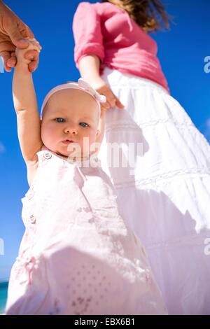 Junge Familie mit Baby Girl am weißen Sandstrand - Stockfoto
