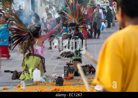 Concheros Tänzerinnen einen traditionellen Tanz und Feier am Dia de Los Muertos in Queretaro, Mexiko. - Stockfoto