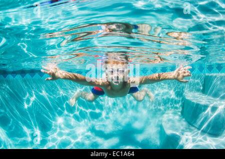 Unterwasser junge Spaß im Schwimmbad mit Brille. Sommer Urlaub Spaß. - Stockfoto