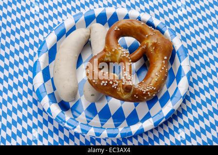 Bayerische Weißwurst mit Brezel - Stockfoto
