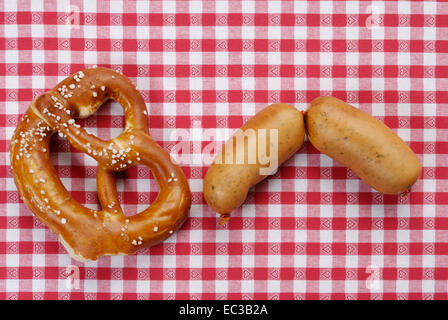 Paar Regensburger Würste und Brezel - Stockfoto