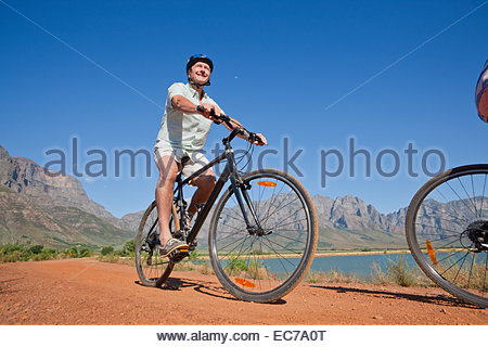 Senior woman Mountainbiken Land unterwegs - Stockfoto