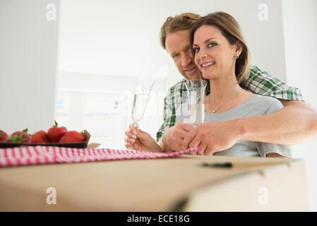 Liebende Paar Wein trinken glückliches neues Zuhause - Stockfoto