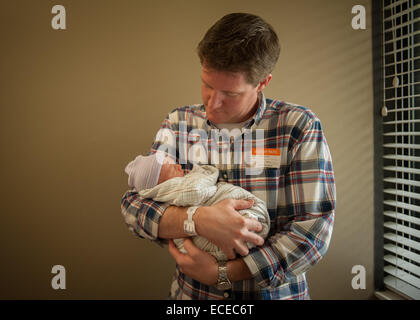 Vater Holding neugeborenes Baby im Krankenhaus - Stockfoto