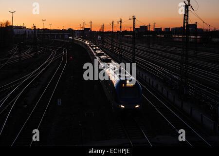 Trainieren Sie unter Donnersbergerbrücke Brücke in München, der Münchner Hauptbahnhof in Richtung zu gehen. - Stockfoto
