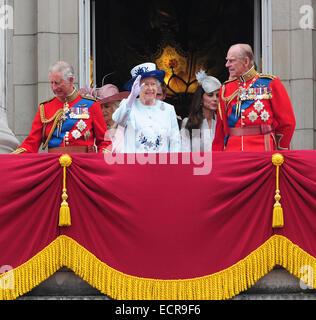 Mitglieder der britischen königlichen Familie gelten die Trooping die Farbe feiern auf dem Balkon des Buckingham - Stockfoto