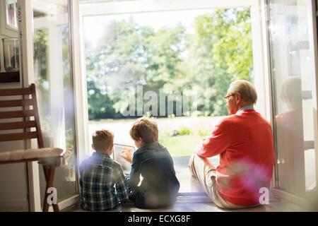 Großvater und Enkel entspannend in Tür - Stockfoto