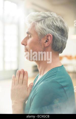 Nahaufnahme des älteren Menschen meditieren - Stockfoto