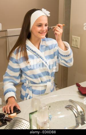 Junges Mädchen (12-13) Blick in Spiegel beim Schminken - Stockfoto