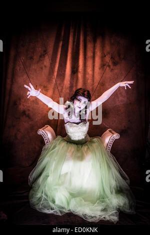 Fantasy-Makeover-Fotografie: eine junge Frau-Mädchen-Modell gebildet um zu schauen wie White-faced bemalte Puppe - Stockfoto
