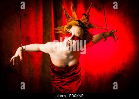 Fantasy-Verjüngungskur Fotografie - Seven Deadly Sins - Zorn: eine junge Frau-Mädchen-Modell mit stacheligen Punky - Stockfoto