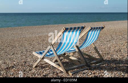 Liegestühle am Brighton Beach, England, UK - Stockfoto