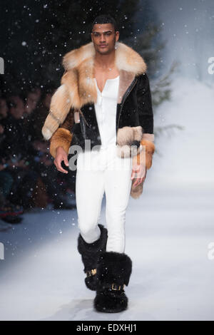 London, UK. 11. Januar 2015. Moschino schafft einen perfekten Winterurlaub für seine Herbst-Winter-Modenschau im - Stockfoto