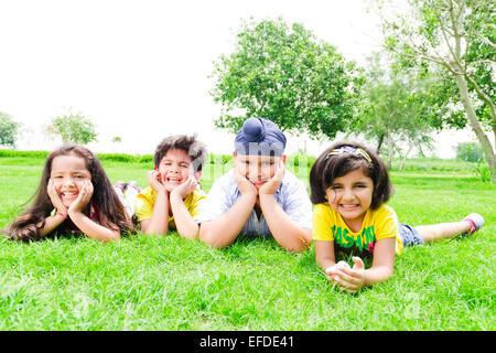4 indische Kinder Freunde Park zu genießen - Stockfoto
