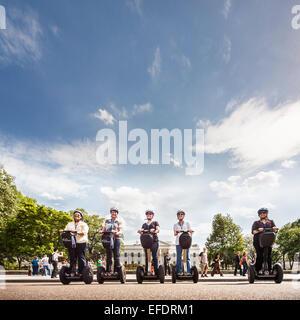 Gruppe von Touristen auf Segway Roller von Capital Segway Führungen posiert vor dem weißen Haus Washington DC. - Stockfoto
