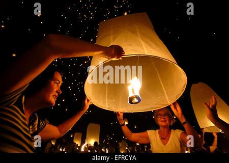 Menschen, die Freigabe von Laternen, Yeepeng Lanna International Laternenfest, Lanna Dhutanka, Chiang Mai, Thailand - Stockfoto