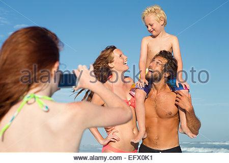 Mädchen nehmen Foto der Familie am Sonnenstrand - Stockfoto