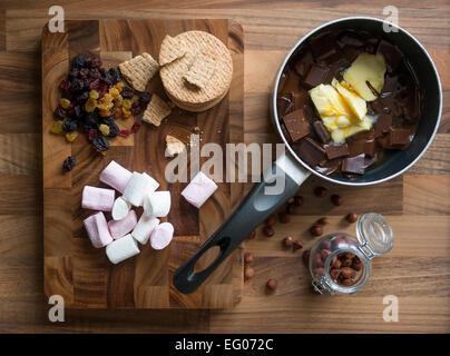 Backen mit geschmolzener Schokolade Sauce in einem Topf. - Stockfoto