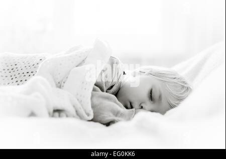 Jungen im Bett schlafen - Stockfoto