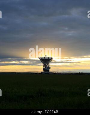 Locator einer Weltraum Kommunikation gegen einen Sonnenuntergang. - Stockfoto