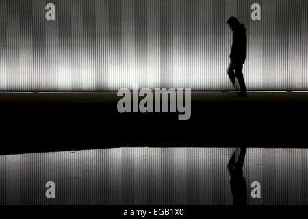 Einsamer Mann zu Fuß unter einer Brücke/tunnel - Stockfoto