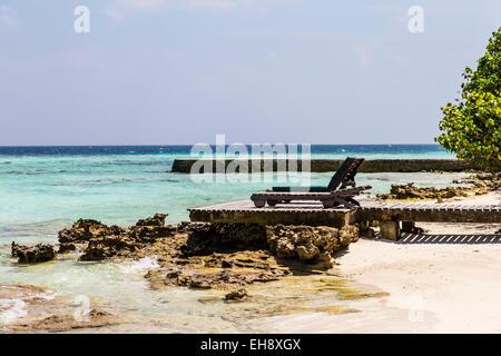Liegestühle auf einem Steg auf Makunudu Island auf den Malediven - Stockfoto