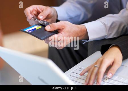 Paar, die Zahlung mit Kreditkarte - Stockfoto