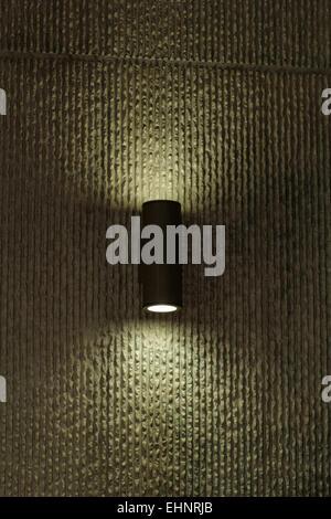 Designer-Leuchte an der Wand mit weichem Licht - Stockfoto