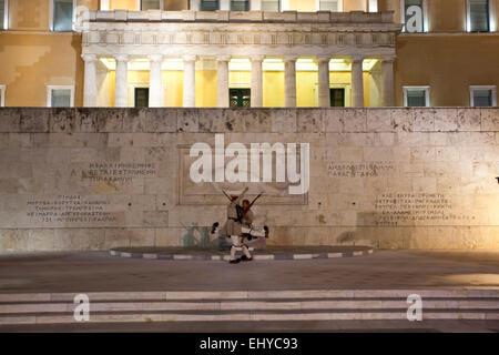 Evzonen vor dem Grabmal des unbekannten Soldaten in das griechische Parlament in Athen, Griechenland. - Stockfoto
