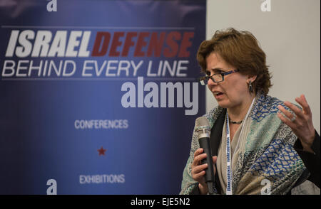 (150324)--TEL AVIV, 24. März 2015 (Xinhua)--Kristin Lovejoy, IBM Global Chief Security Officer, befasst sich mit - Stockfoto